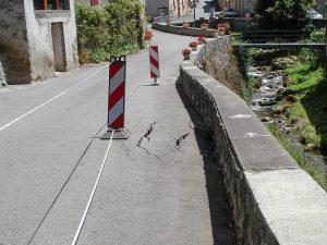 Évidence d'un effondrement sur la bordure de la chaussée