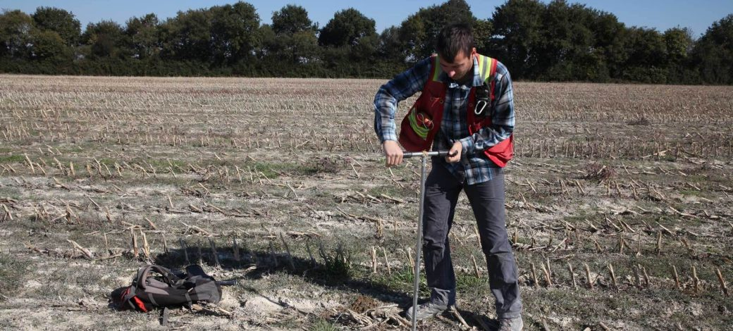 Soil sampling with manual auger for geochemical campaign